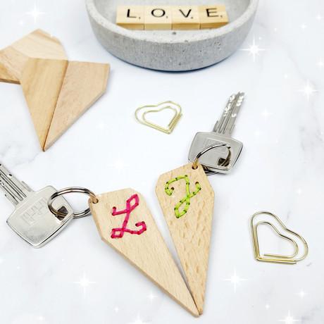 Ein Herziges Geschenk für Paare - bestickte Schlüsselanhänger aus Leinwandkeilen