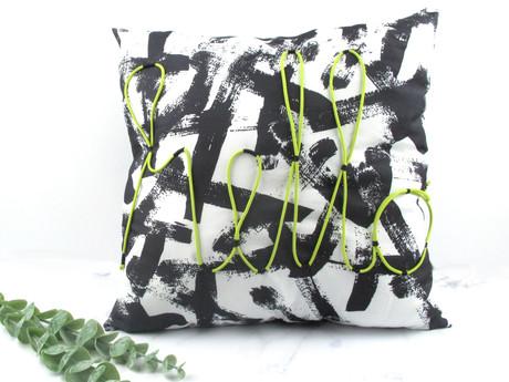 IKEA-Hack: Kissen mit Schrift aus Wäscheleine