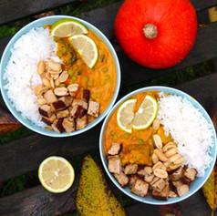Kürbis-Curry mit Knusper-Tofu & Erdnüssen