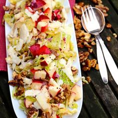 Wirsing-Salat mit Äpfeln & gerösteten Walnüssen
