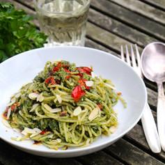 Spaghetti mit Feldsalat-Pesto & gerösteter Paprika