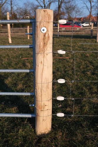 Elektrifiziertes Tor zum Wolfschutz