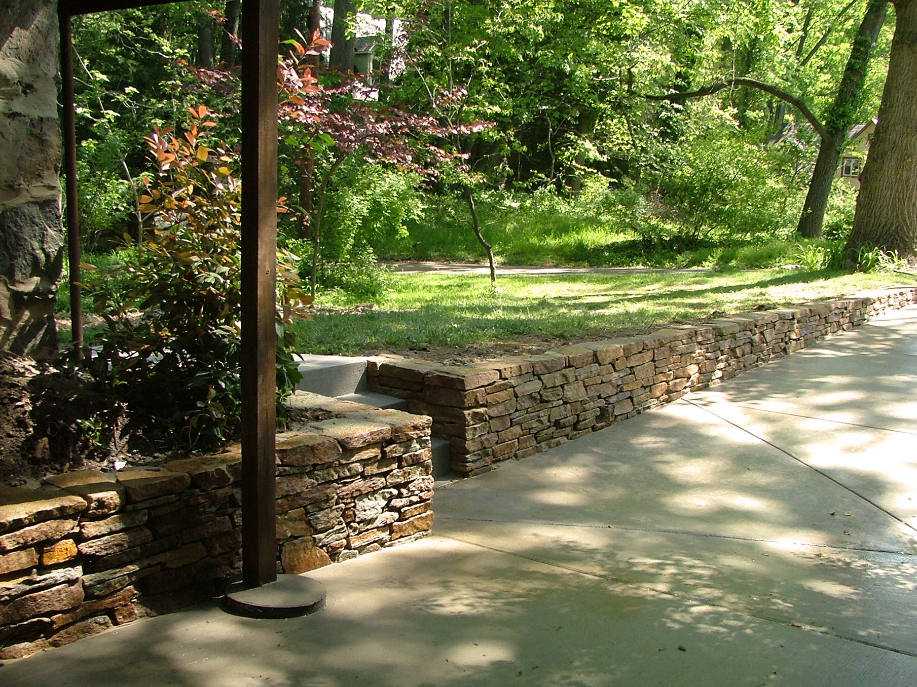 Driveway retaining wall in natural s