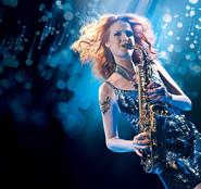 Saxofonistin Melanie Piontek spielt auf der Gala