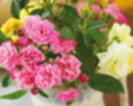 flowers-bouquet-on-wood-table_rvrx-1gu3M