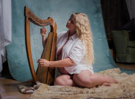 A Home Studio Pregnancy Session(with a Rococo vibe)