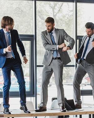 שלושה בחורים רוקדים על השולחן