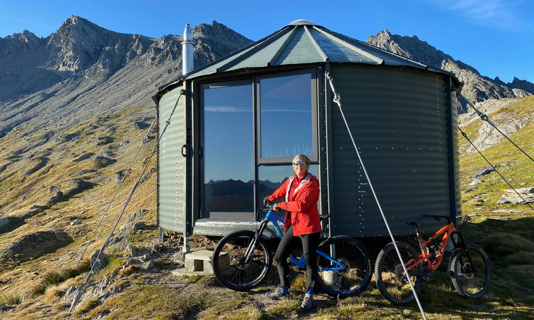 Kelly Hut - Helibike
