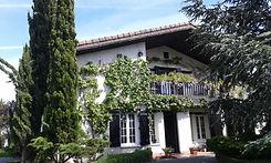 Fachada y jardín de la Residencia de acianos Vitoria