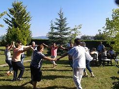 Grupo de mayores disfrutando en el jardín de la Resdencia de tercera edd en Vitoria.