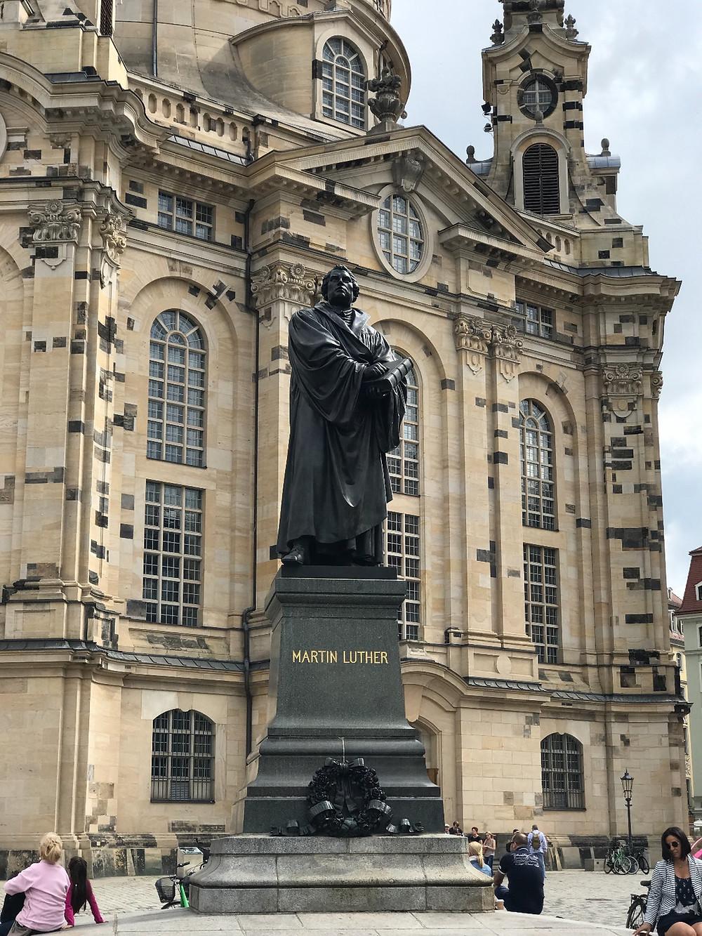 statue av Martin Luther framfor Frauenkirche i Dresden