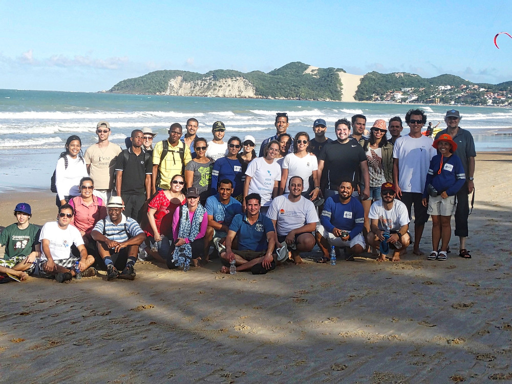 Participantes de Escola de Verão durante excursão de campo na praia de Ponta Negra (Natal)