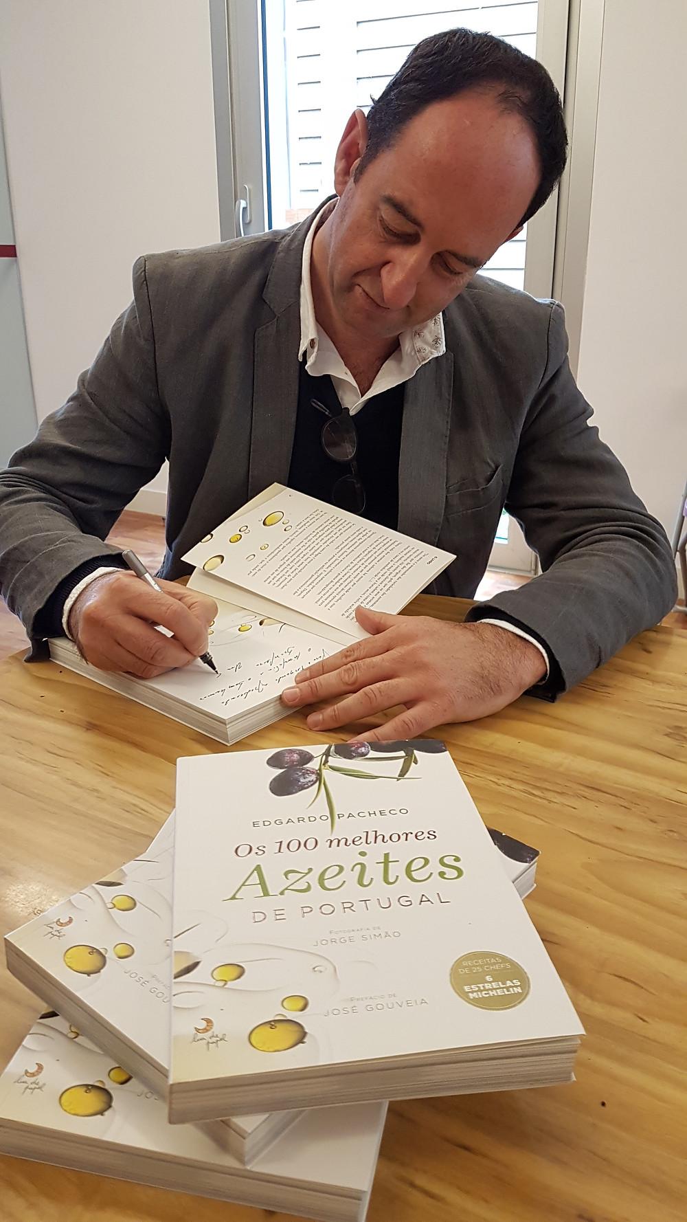 Edgardo Pacheco em tarde de autógrafos de seu livro.