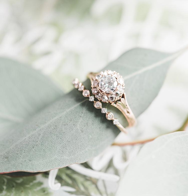 cặp nhẫn đôi mặt đá làm quà cưới cho bạn thân