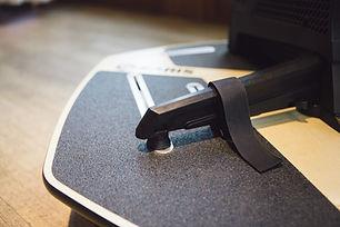 MP1にトレーナーを固定する部分は幅広い調整域を持っており、グリップテープにより固定させることでほぼすべてのインドアトレーナーに対応しています