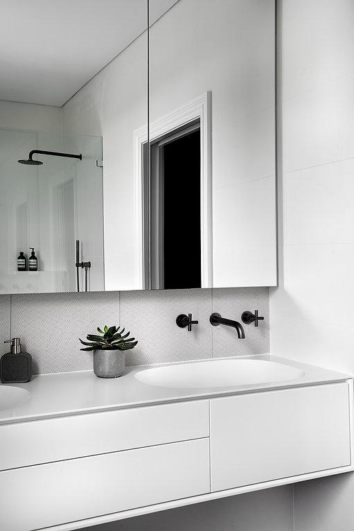 Ensuite bathroom, shaving cabinet, tapware