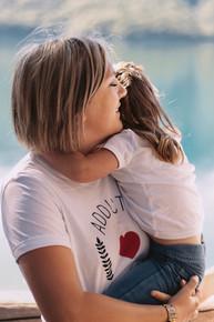 Pause calin dans les bras de maman