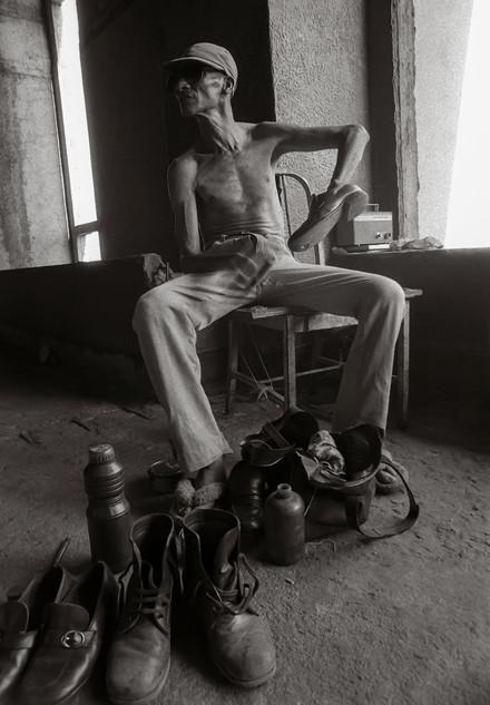 Blind shoe polisher