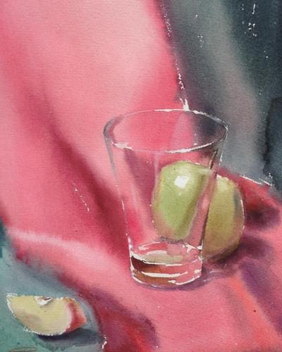 Стеклянный стакан с яблоком.jpg