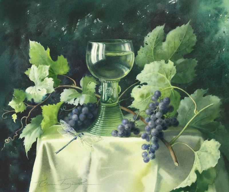 Стеклянный бокал и виноград