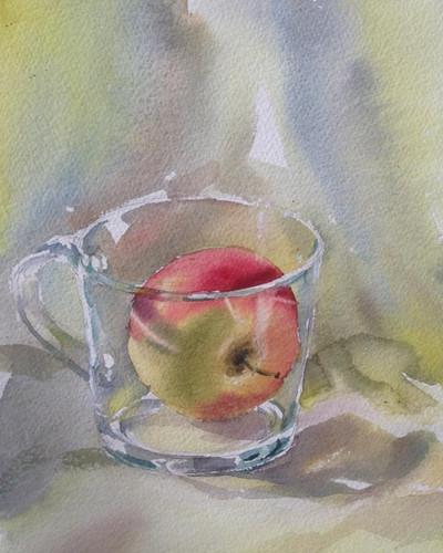 Яблоко в стеклянной кружке.jpg