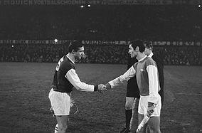 Cor_Veldhoen_(links)_met_Arsenal_aanvoer
