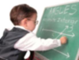 enfant_precoce_maths_sur_tableau.jpeg