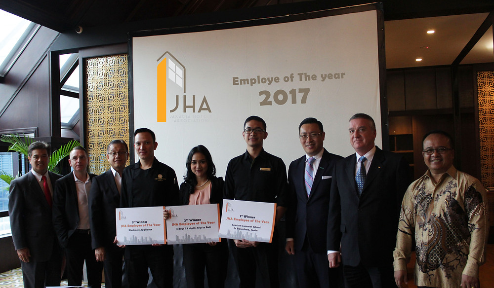 All winners took picture together with JHA Executive Committee and General Managers from Mandarin Oriental, The Ritz-Carlton Pacific Place and The Dharmawangsa