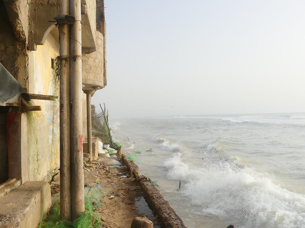 La mer déchainée contre le muret de la ville