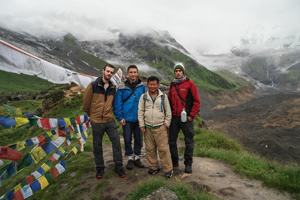 Photo de groupe avec Indra, notre guide