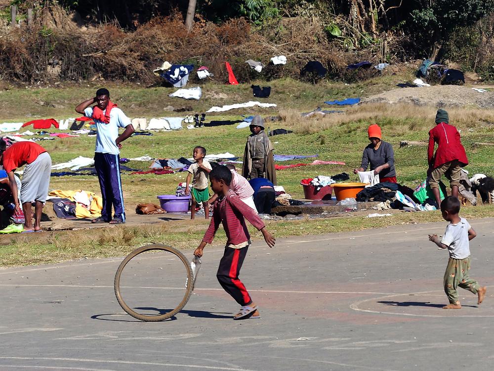 Enfant jouant à Antsirabe