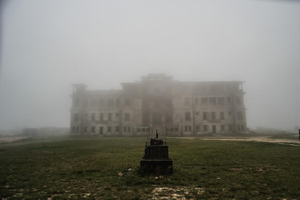 Palace abandonné au sommet du mont Bokor