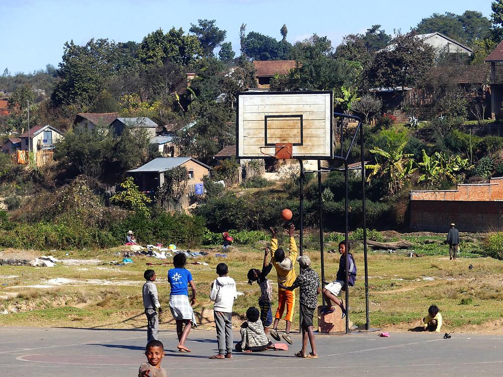 Enfants jouant au basket à Antsirabe, à proximité des thermes