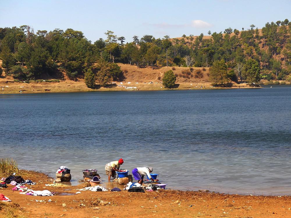 Lessive familiale sur les berges du lac