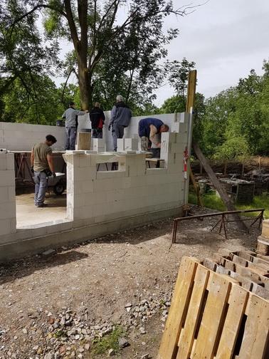 Die Mauerarbeiten gehen weiter