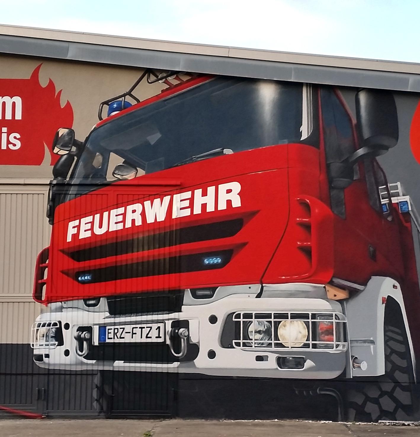 Detailansicht Feuerwehrauto - Fassadengestaltung FTZ