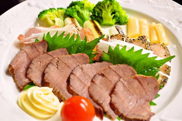 秋葉原レンタルスペース.東京の提供料理写真。燻製肉盛合せ