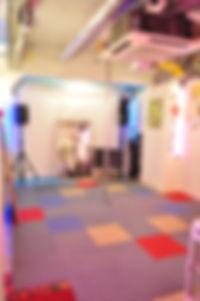 ポールダンス教室FunnyTips東京秋葉原のポールダンス教室のフリーポールは、天井高が2.85m