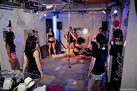 ポールダンス教室FunnyTips東京秋葉原のポールダンス教室の貸切パーティは、大音量OKで、ミラーボールもあります
