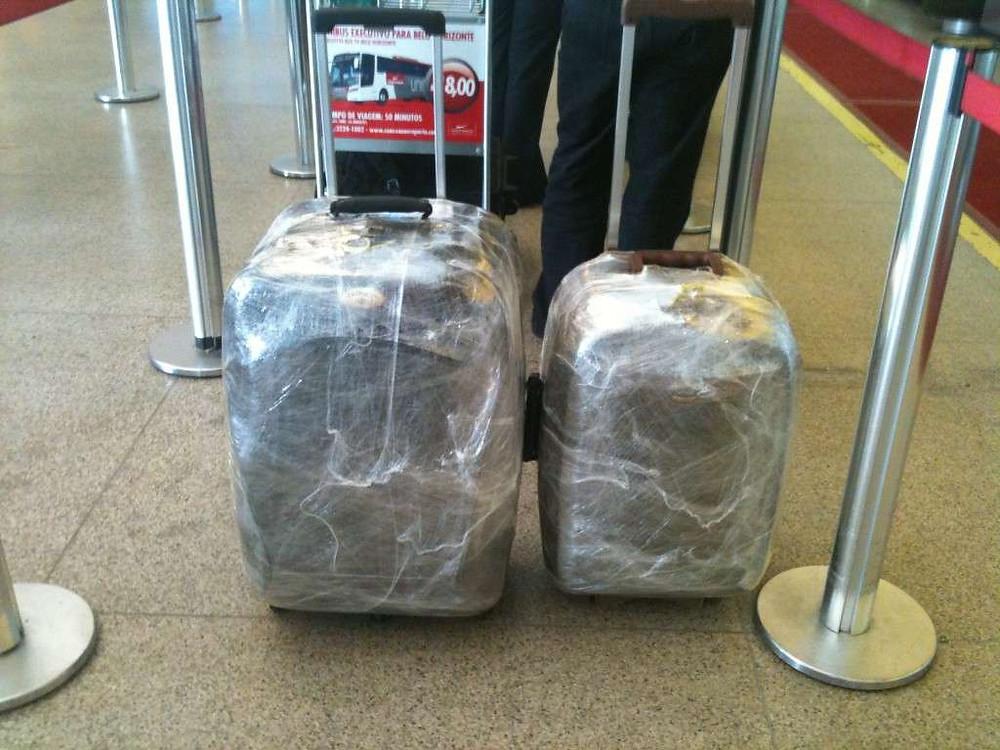 mostra duas malas de viagem totalmente plastificadas