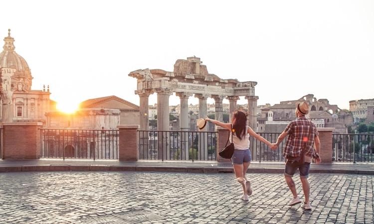 Casal passeando pela Itália