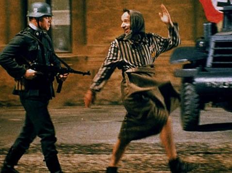 Cena do filme que mostra um prisioneiro de guerra sendo conduzido por um soldado