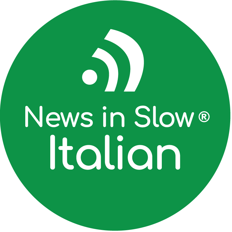 Capa do podcast News in Slow Italian com circulo verde e letras brancas