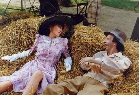 Imagem mostra um homem e uma mulher deitados sobre o feno.