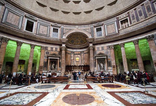 bancos dentro do pantheon para missas