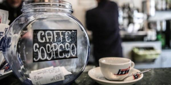 pote de vidro com comprovantes de caffe sospeso