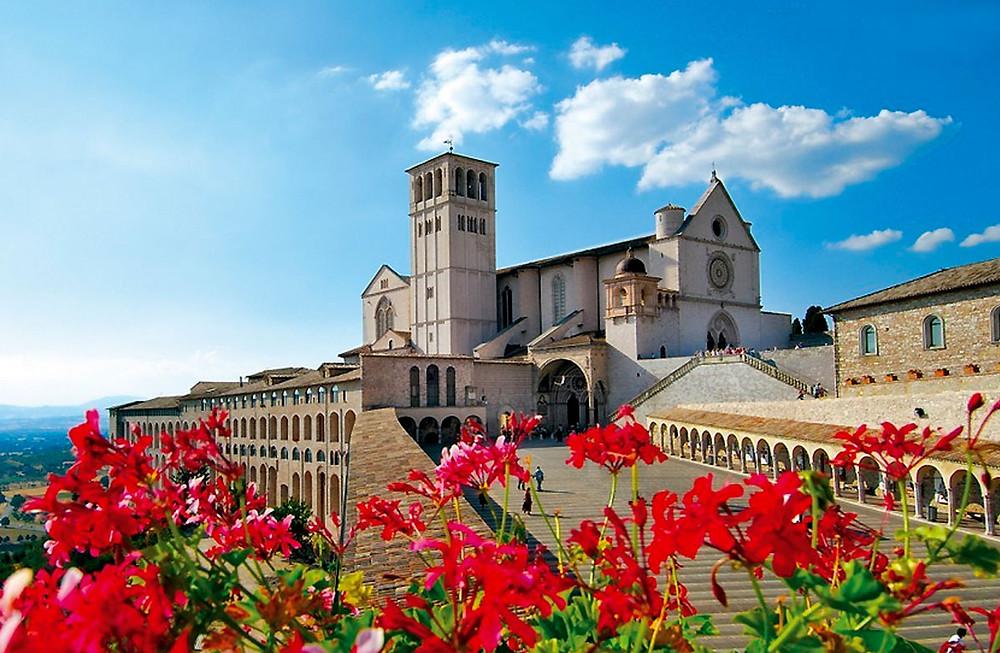 Basilica de sao francisco de assis em um dia ensolarado