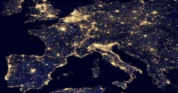 Foto de satelite do mapa europeu, mostra areas iluminadas de acordo com as estradas romanas