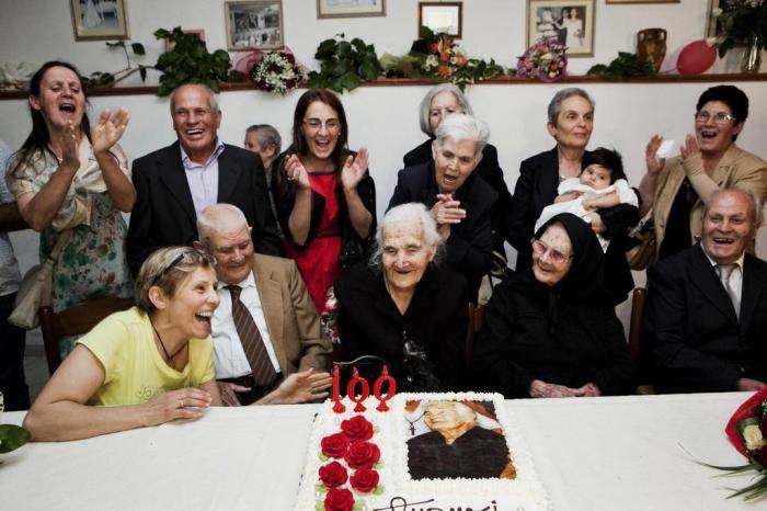 idosa comemorando cem anos com sua familia