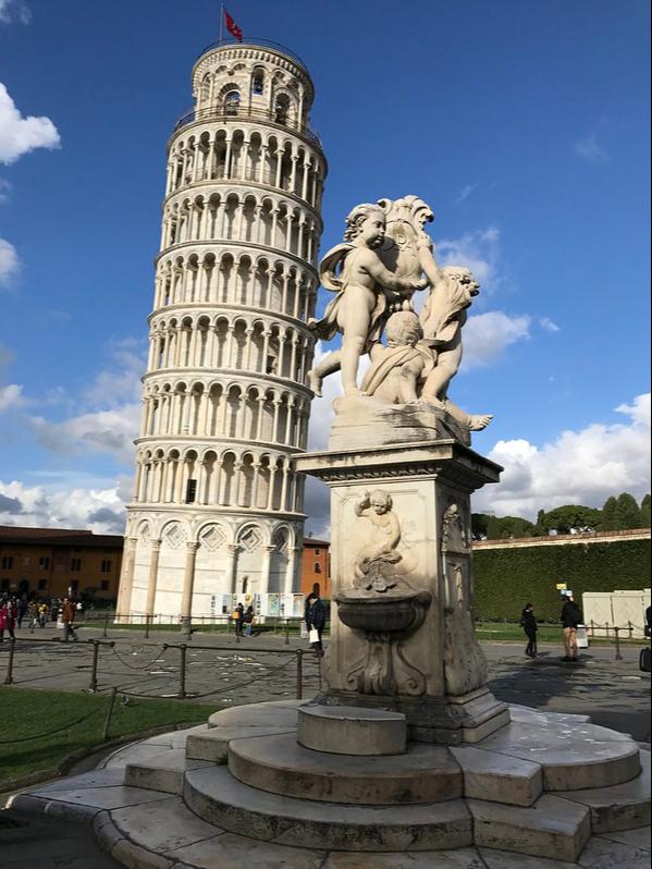 torre de pisa e escultura de três anjos da Piazza del Duomo